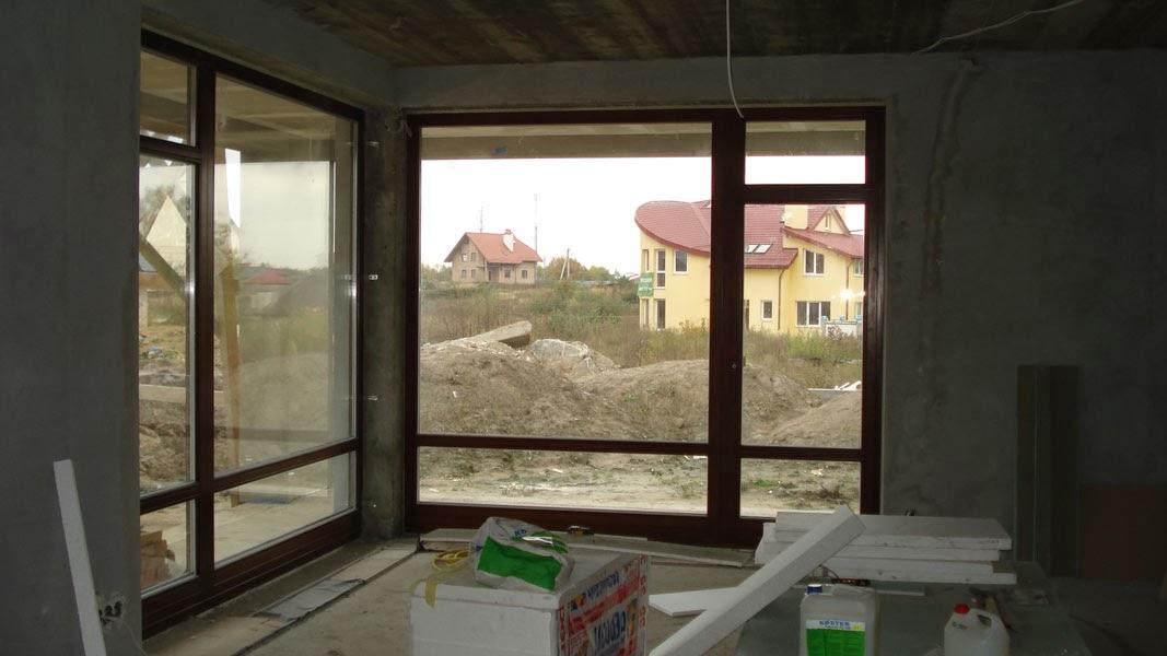 Вигляд з вітальні на захід. Жовтого будинку видно не буде. Вздовж огорожі плануються щільні зелені насадження.