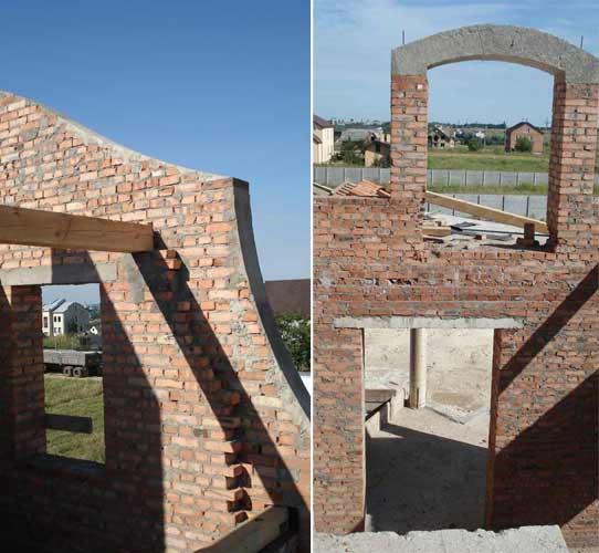 На фото ліворуч не зовсім вірне опирання дерев'яної балки. Праворуч вікно з тераси другого рівня в об'ємі двосвітньої вітальні. Починаю думати про його інтер'єрне вирішення.