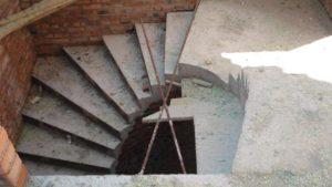 Такі симпатичні вийшли сходи на другий поверх. Кути на сходовій клітці мали бути заокруглені і ширина сходового маршу мала бути стала по всій довжині підйому. Наразі вирішили залишити як є.
