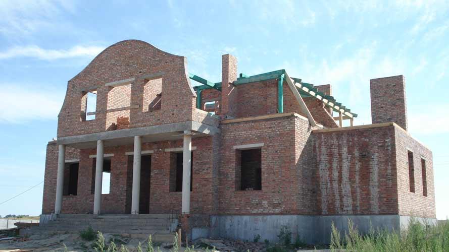 Вигляд з південного - заходу. Початок кладки дерев'яних конструкцій даху.
