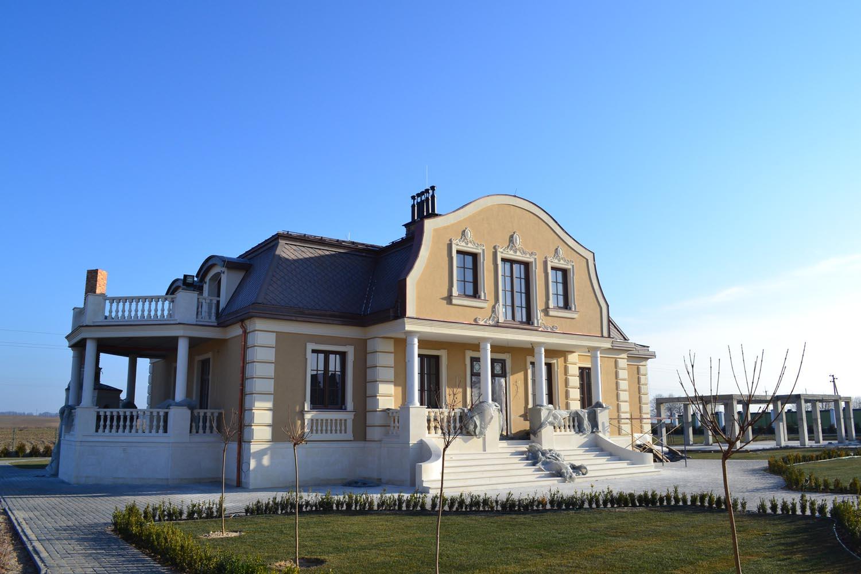 Головний фасад з фронтоном на колонах.