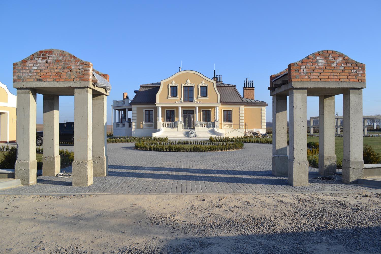 Головний фасад з порталами головної брами.