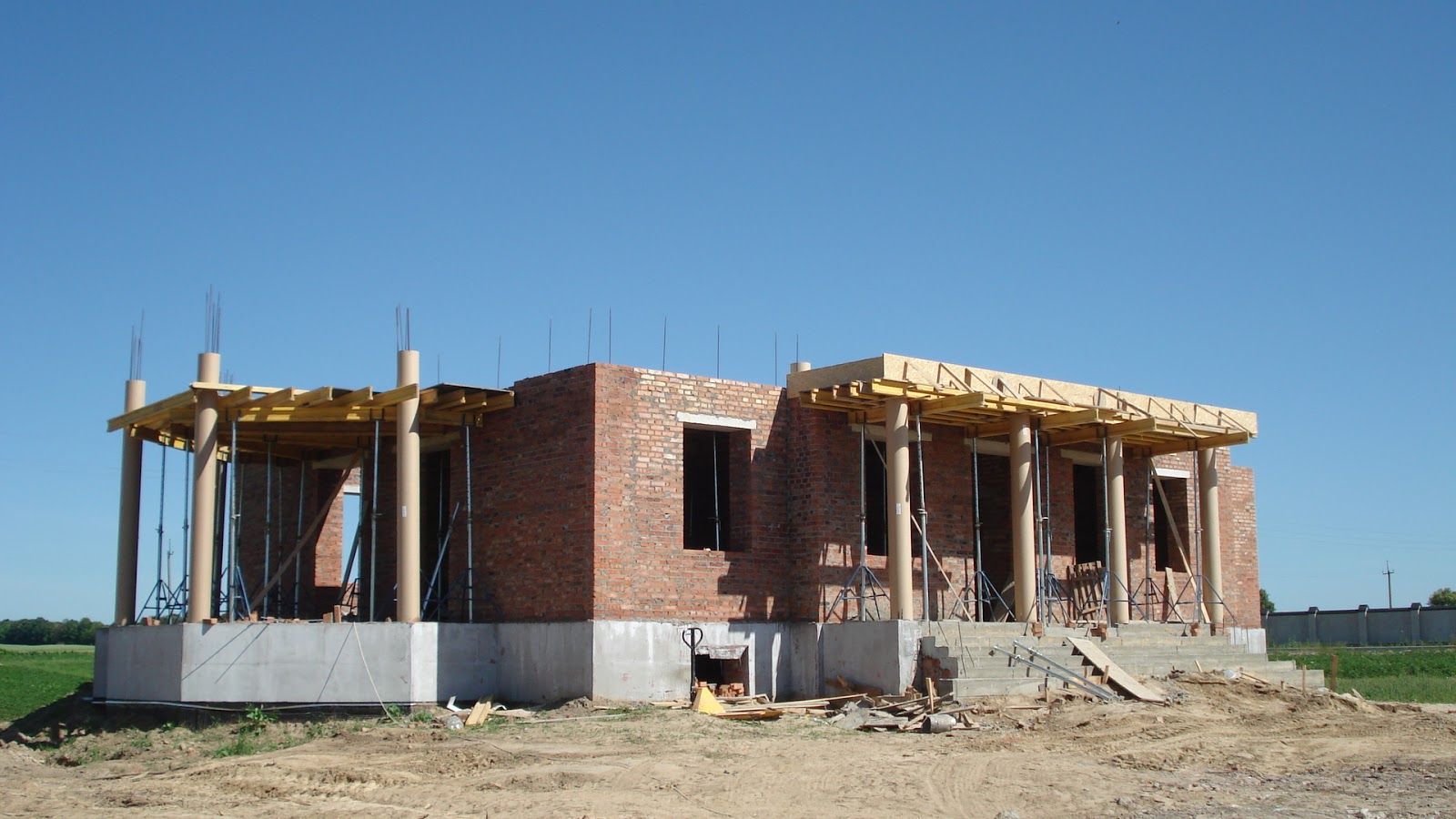 Вигляд на головний фасад з північного заходу.