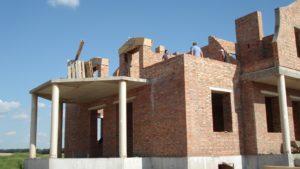 Вигляд на дворівневу терасу. В рівні першого поверху вихід зі столової і вітальні, в рівні другого на неї можна буде потрапити зі спальні.