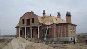 Кроквяну конструкцію зашили дошкою. Комини вимурувані, завершення змонтовані.