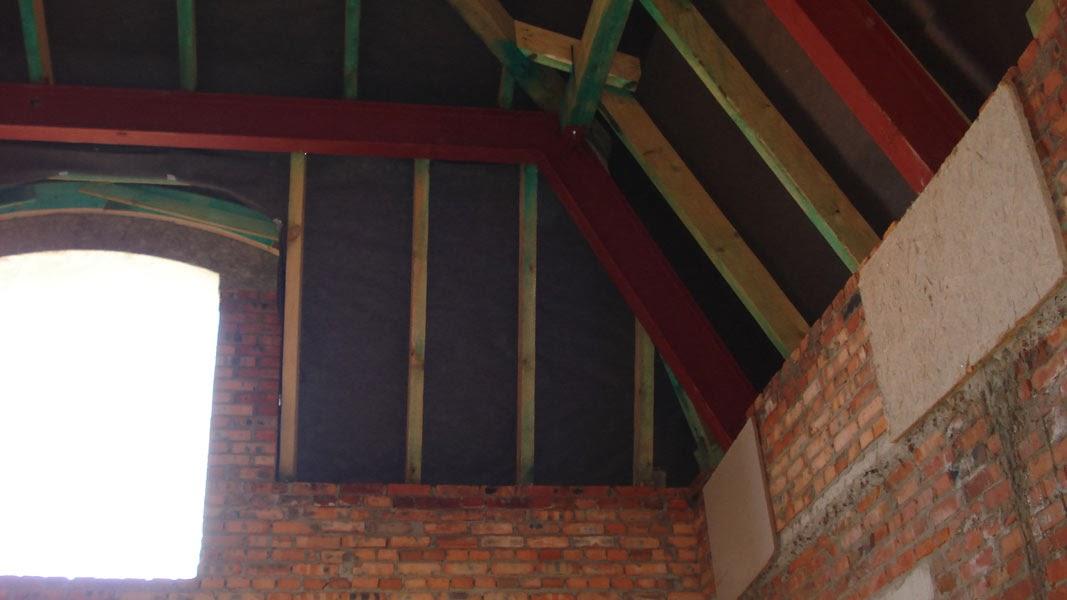 Дерев'яна конструкція даху по металевих рамах.
