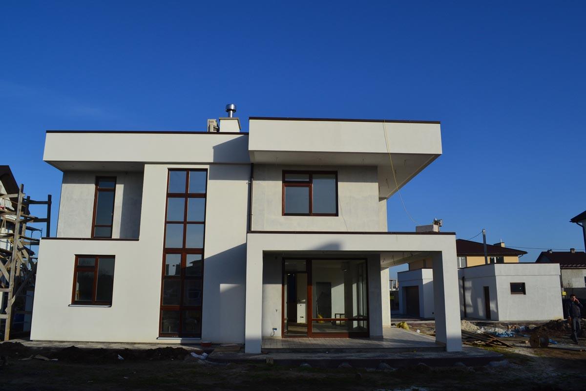 Вікно на сходовій клітці на всю висоту будівлі дає відчуття необмеженого стінами простору всередині будинку.