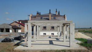 Майбутній літній будинок розташований на композиційній осі садиби серед саду.